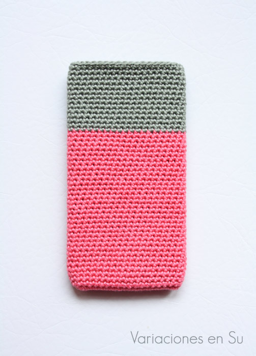 Funda de ganchillo para móvil tejida en hilo de algodón en los colores rosa y gris.