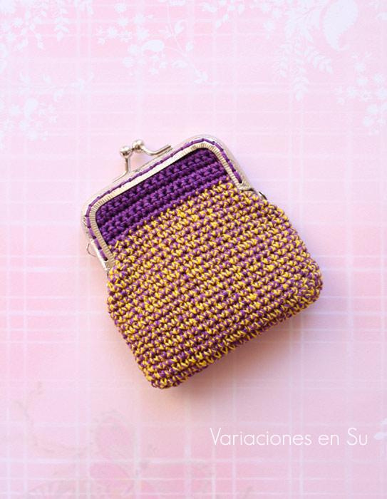 Monedero de ganchillo en violeta y amarillo, con bloquilla metálica plateada.