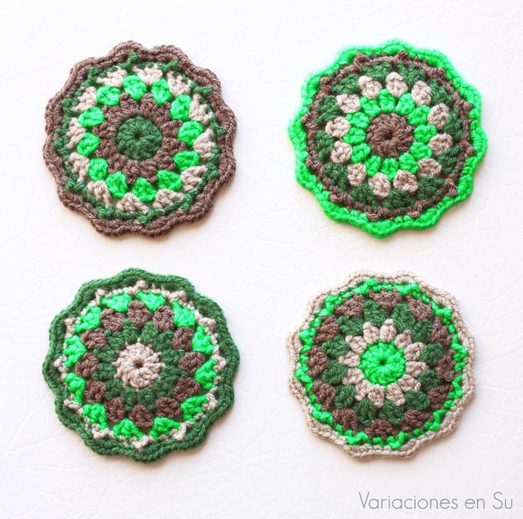 Set de posavasos tejidos a ganchillo en tonos marrones y verdes.