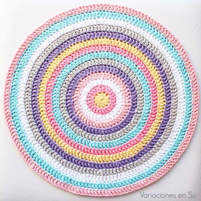 Centro de mesa de forma circular tejido a ganchillo con hilo de algodón.