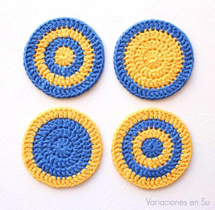 Set de cuatro posavasos de ganchillo tejidos en hilo de algodón en los colores amarillo y azul.