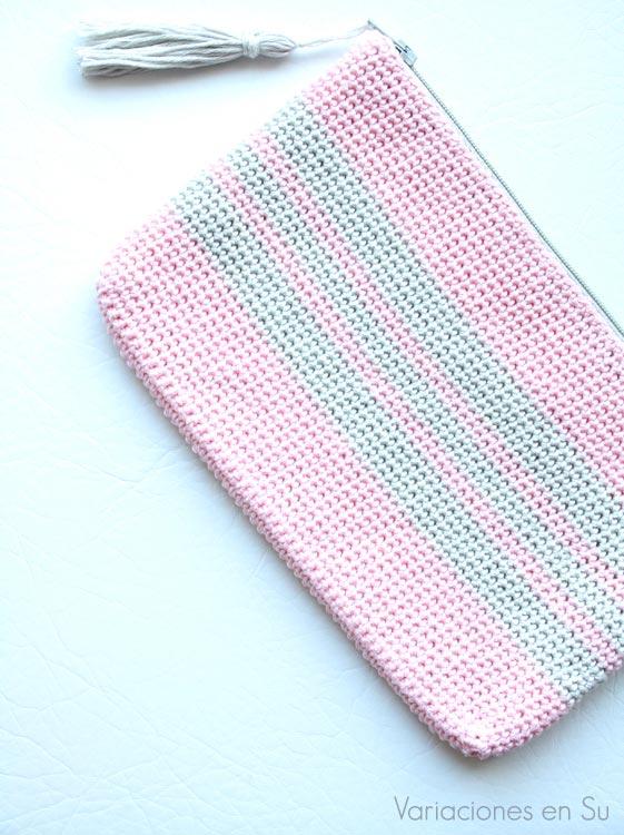 Neceser de ganchillo tejido con hilo de algodón en los colores rosa y gris.