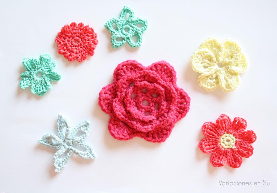 Flores de ganchillo, tejidas en hilo de algodón y lana de alegres colores.