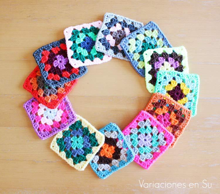 Granny squares o cuadrados tejidos a ganchillo en lana de múltiples colores.