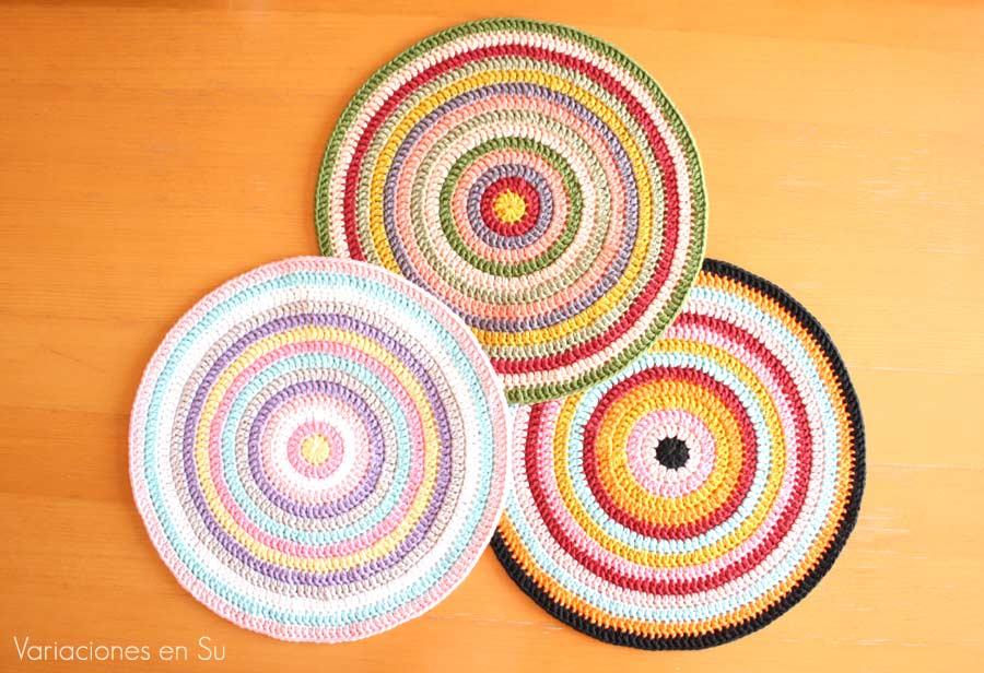 Mandalas de ganchillo tejidas en algodón de múltiples y alegres colores.