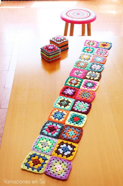 Manta de ganchillo formada por granny squares, en proceso de creación.
