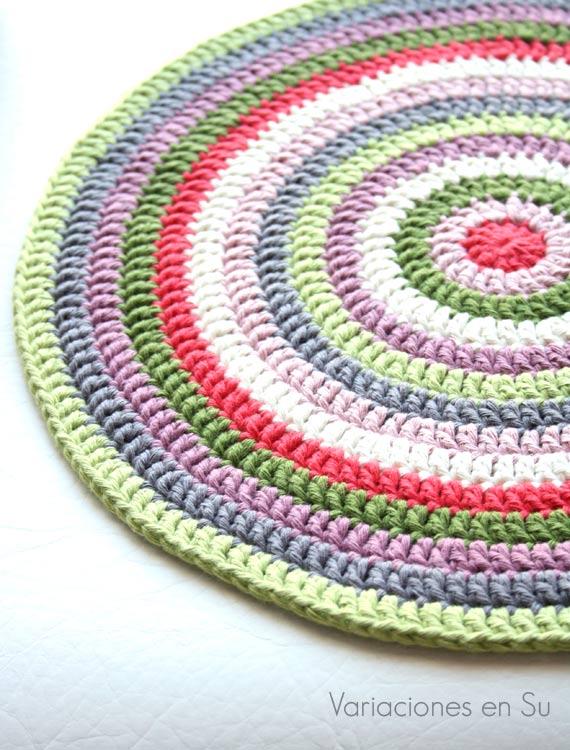 Centro de mesa tejido a ganchillo con hilo de algodón de múltiples colores.